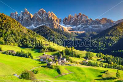Fototapeta Sławne najlepsze miejsce alpejskie świata, wioska Santa Maddalena z magicznymi górami Dolomitów w tle, dolina Val di Funes, region Trentino Alto Adige, Włochy
