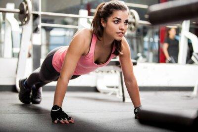 Fototapeta Śliczna brunetka pracuje w siłowni