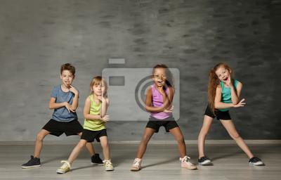 Fototapeta Śliczne śmieszne dzieci w studio tańca