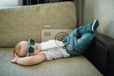 Fototapeta śliczny chłopiec w okularach