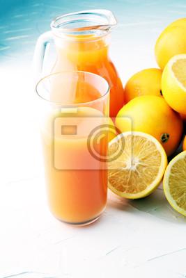 słoik świeżego soku pomarańczowego ze świeżymi owocami na białym stole