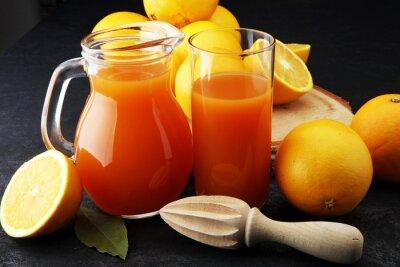 słoik ze świeżego soku pomarańczowego ze świeżymi owocami na ciemny stół