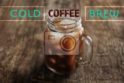 Słój lodowa kawa na drewnianym stole