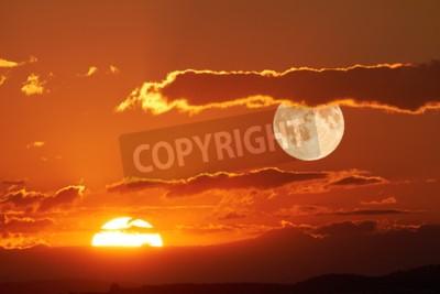 Fototapeta Słońce i księżyc mogą być widoczne na niebie jednocześnie.