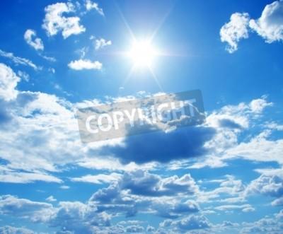 Fototapeta Słońce w niebieskim pochmurne niebo