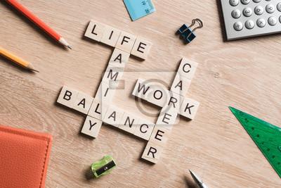 Fototapeta Słowa Work Life Balance i rodziny w tabeli zebrano z drewnianymi kostkami