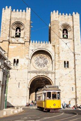 Fototapeta Słynny żółty 28 tramwajów przemijania Lizbony przed Santa Ma
