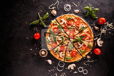 Fototapeta Smaczna pizza z wiśniami, cebulą i pieczarkami na czarnym tle