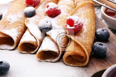 Smaczne naleśniki domowej roboty lub naleśniki z malinami i jagodami