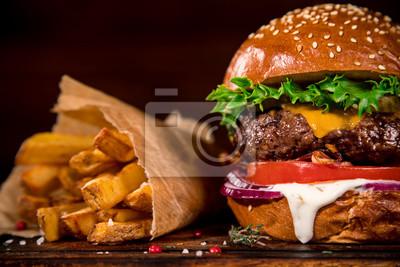 Fototapeta Smaczny burger na drewnianym stole.