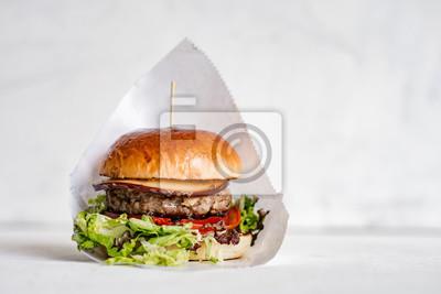 Fototapeta Smakowity hamburger na odosobnionym tle.