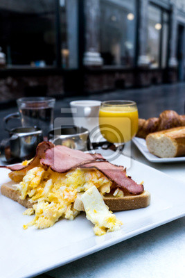 Śniadanie z jajkiem i szynką na stole