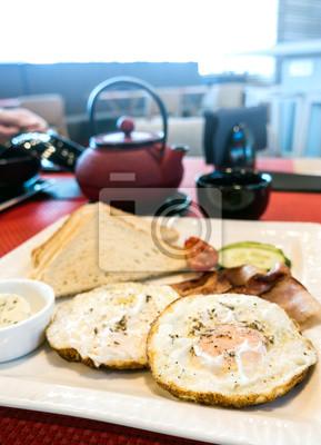 Śniadanie z jajkiem na stole