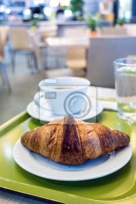 Śniadanie z kawą i croissant na stole