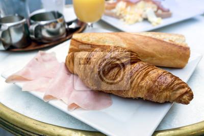 Śniadanie z kawą i croissants na stole