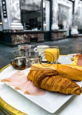 Śniadanie z kawą i rogalikami na stole