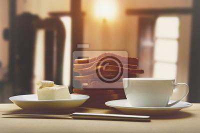 Śniadanie z kawy, tostami i masłem