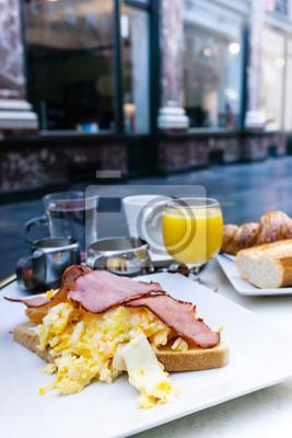 Śniadanie z sokiem pomarańczowym i szynką na stole