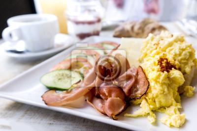 Śniadanie z szynką i jajkiem na stole