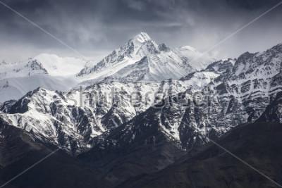 Fototapeta Śnieżna góra z niebieskim niebem od Leh Ladakh Indie.