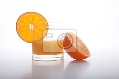 Sok pomarańczowy i plastry pomarańczy na białym