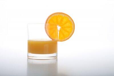 Fototapeta Sok pomarańczowy i plastry pomarańczy na białym