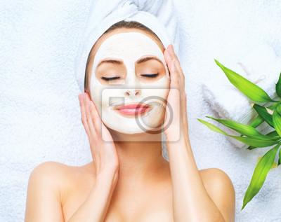 Spa kobieta stosowania twarzy maskę oczyszczającą
