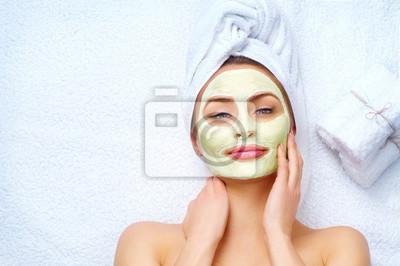 Spa kobiety stosujące twarzy maskę gliny