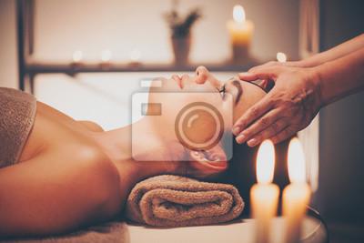 Spa masaż twarzy. Brunette kobieta korzystających z relaksującą masaż twarzy w salonie piękności spa