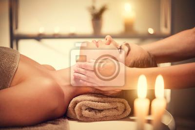 Spa masaż twarzy. Brunette kobieta korzystających z relaksującą masaż twarzy w salonie spa piękności