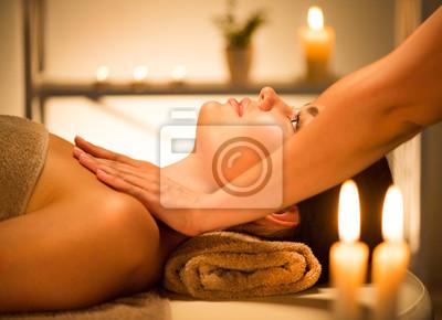 Spa. Piękna brunetka kobieta korzystających relaksujący masaż ciała w salonie spa