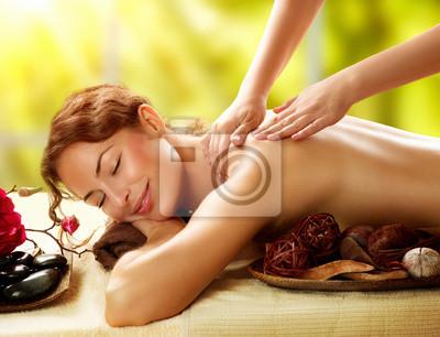 Spa. Piękna kobieta w salonie spa coraz masażu