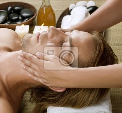 Spa.Young Człowiek coraz masaż twarzy .