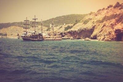 Fototapeta Spacer na piękny jacht w Morzu Śródziemnym.