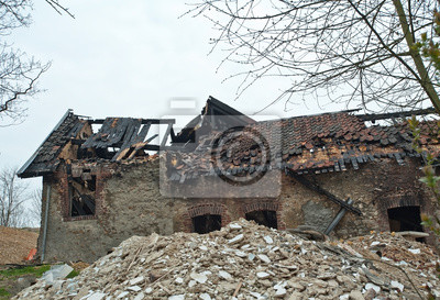 Spalony dom i upadł