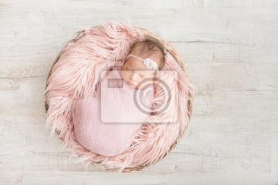 Fototapeta spania noworodka w koszu