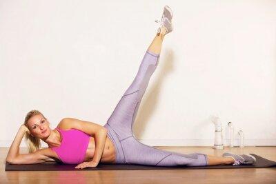 Fototapeta Sportowiec robi nogę ćwiczenia rozciągające