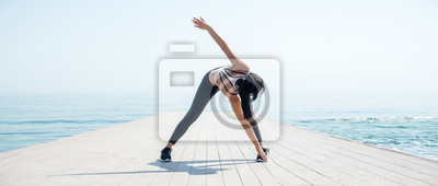 Fototapeta Sprawności fizycznej dziewczyna pracująca na plaży out