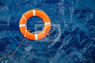 Fototapeta Sprzęt bezpieczeństwa, pława ratownicza lub pława ratownicza unosząca się na morzu, aby ratować ludzi przed utonięciem.