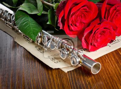 Srebrny flet, notatki i róże. Tło muzyczne.