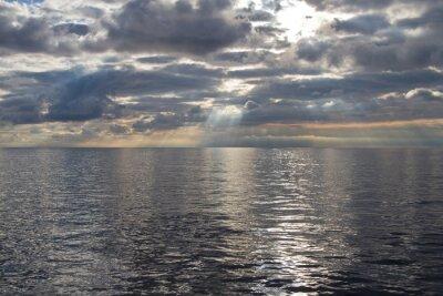 Fototapeta Srebrzysty Świt w morzu