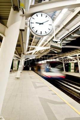 Fototapeta Stacja Sky Train z rocznika zegar