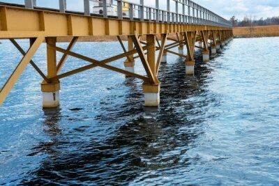 Fototapeta Stalowy most wzdłuż brzegu rzeki