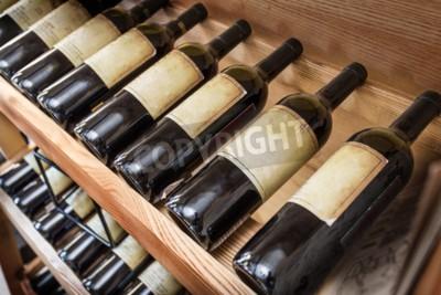 Fototapeta Stare butelki wina na półce wina.