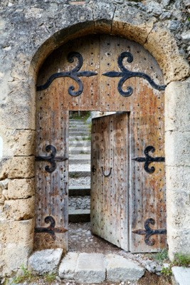 Fototapeta Stare drzwi drewnianych w kamiennym łuku