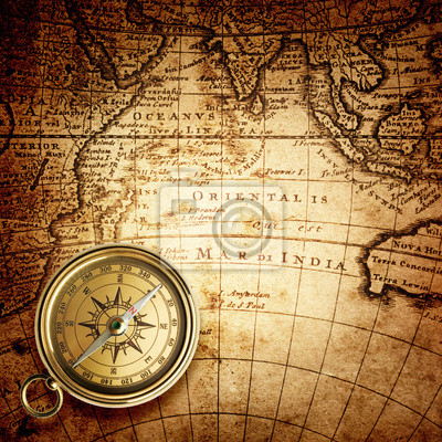 Stare Kompas na mapie rocznika. Styl retro.