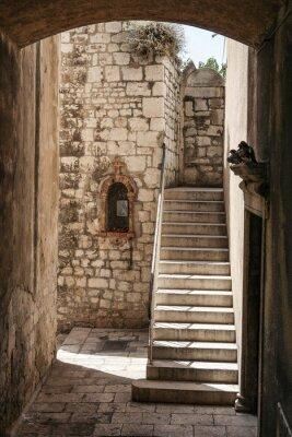 Fototapeta Stare miasto przejście ze schodami i ściany świątyni w Sibenik, Chorwacja