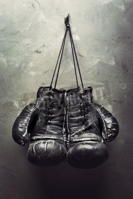 Fototapeta stare rękawice bokserskie powiesić na gwoździu na ścianie teksturowane - koncepcja Emerytury
