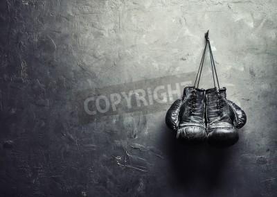 Fototapeta stare rękawice bokserskie powiesić na gwoździu na ścianie tekstury z miejsca kopiowania dla tekstu koncepcji emeryturę