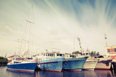 Fototapeta Stare statki i jachty zacumowane. Archiwalne zdjęcie kontrasty